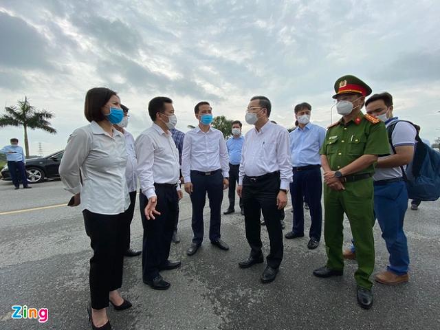 Ông Chu Ngọc Anh và. lãnh đạo Bộ Y tế kiểm tra công tác phòng chống dịch tại Bệnh viện Bệnh nhiệt đới Trung ương cơ sở 2