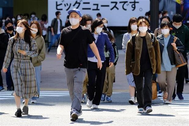 Người dân đeo khẩu trang phòng dịch COVID-19 tại Tokyo, Nhật Bản ngày 18/4/2021. (Ảnh: AFP/TTXVN)