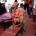 """<p class=""""Normal""""> Hệ thống y tế của Ấn Độ đã bị quá tải. Tại thị trấn Susner ở bang Madhya Pradesh, bệnh nhân được điều trị dưới các tán cây, lót chăn và nằm trên mặt đất.</p> <p class=""""Normal""""> Trong ảnh là vợ của Nanhe Pal, 52 tuổi, khóc khi cầu xin cho chồng được hỗ trợ thở oxy tại đền Sikh hôm 3/5.</p>"""