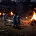 """<p class=""""Normal""""> Ba người khiêng thi thể một nạn nhân của Covid-19 đi hỏa táng hôm 3/5 ở New Delhi.</p>"""