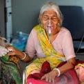 """<p class=""""Normal""""> Lilaben Gautambhai Modi, 80 tuổi, đeo mặt nạ thở oxy ngồi trên xe cấp cứu trong lúc chờ nhập viện để điều trị Covid-19 ở thành phố Ahmedabad, bang Gujarat, hôm 5/5.</p>"""