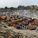 """<p class=""""Normal""""> Người thân và các tình nguyện viên chuẩn bị cho một buổi hỏa táng tập thể ở làng Giddenahalli ngày 2/5.</p>"""