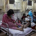 """<p class=""""Normal""""> Bệnh nhân Covid-19 được điều trị tại phòng bệnh phổ thông trong một bệnh viện ở thủ đô New Delhi ngày 1/5.</p>"""