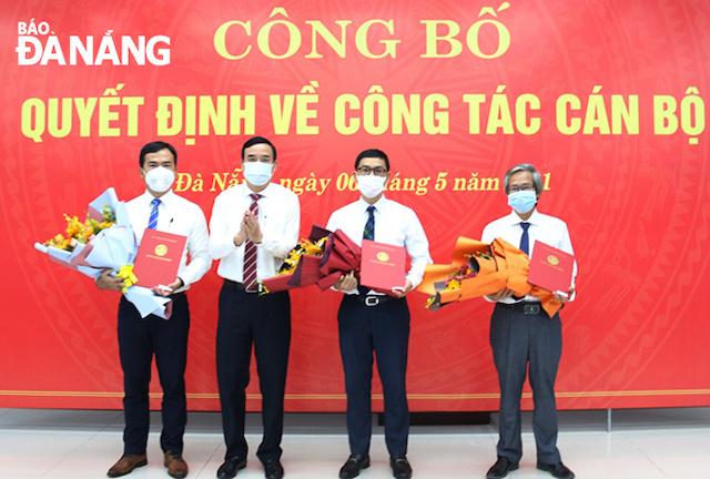 Chủ tịch UBND thành phố Lê Trung Chinh (thứ 2, từ trái sang) trao quyết định bổ nhiệm Giám đốc và các Phó Giám đốc Sở Xây dựng.
