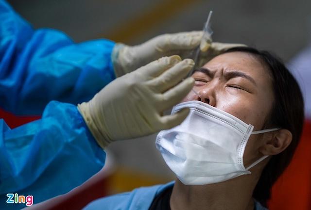 Nhân viên y tế lấy mẫu xét nghiệm Covid-19 cho người dân.