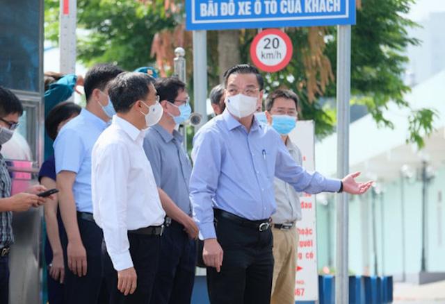 Chủ tịch Hà Nội Chu Ngọc Anh đang ở Bệnh viện K. Trong ảnh: ông Chu Ngọc Anh đang trao đổi với thứ trưởng Bộ Y tế Trần Văn Thuấn.