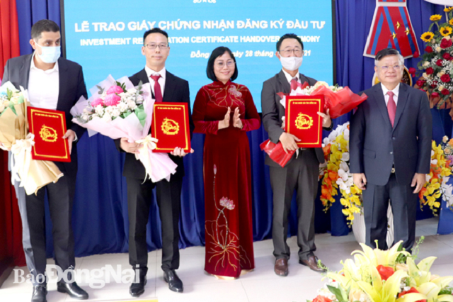Phó chủ tịch UBND tỉnh Nguyễn Thị Hoàng trao giấy chứng nhận đầu tư cho những doanh nghiệp FDI tăng vốn lớn.