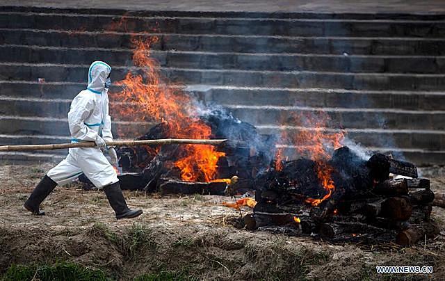Hỏa táng bệnh nhân tử vong do COVID-19 tại Kathmandu, Nepal, ngày 3/5/2021. (Ảnh: THX/TTXVN)