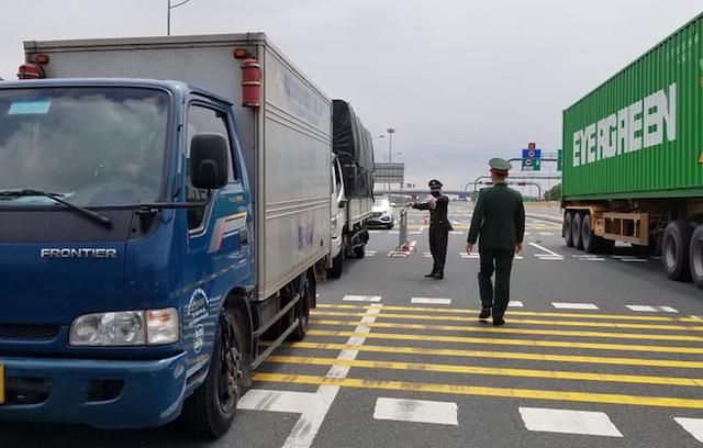 Xe tải biển Hải Dương lưu thông trên cao tốc Hà Nội - Hải Phòng bị yêu cầu quay đầu đi hướng khác hồi cuối tháng 2 khi Hải Dương bùng dịch.