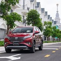 """<p class=""""Normal""""> <strong>Toyota Rush</strong></p> <p class=""""Normal""""> Theo thông báo từ Toyota Việt Nam, từ tháng 5, SUV cấu hình 5+2 chỗ ngồi Rush bắt đầu được nâng cấp lên màn hình giải trí cảm ứng 7 inch có chức năng kết nối điện thoại thông minh. Cùng với việc được nâng cấp trang bị, giá bán lẻ cũng tăng 1 triệu đồng lên mức 634 triệu đồng. Khách hàng mua xe từ ngày 7/5 được tặng gói bảo hiểm vật chất 1 năm chính hãng Toyota trị giá 8,7 triệu đồng. (Ảnh: <em>Toyota</em>)</p>"""