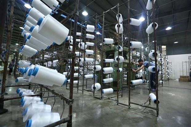 Hoạt động sản xuất tại nhà máy sợi Huế. (Ảnh: TTXVN)