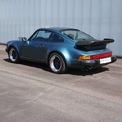 <p> Đây là chiếc Porsche đầu tiên của Gates và được bán lại với giá 80.000 USD ở thập niên 1990. Chiếc xe thể thao màu xanh được trang bị động cơ 6 xy-lanh 3.3L, sản sinh công suất 300 mã lực - sức mạnh ấn tượng ở giai đoạn đó. Gates từng bị phạt 3 lần vì lỗi lái xe vượt quá tốc độ cho phép với chiếc 911 Turbo này. Ảnh: <em>seattlepi.</em></p>