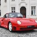 <p> Chiếc xe gắn với tên tuổi Bill Gates nhiều nhất là Porsche 959 - mẫu xe có công nghệ tiên tiến nhất vào những năm 80. Porsche 959 sử dụng động cơ tăng áp kép 6 xy-lanh 2.8L, cho công suất 444 mã lực, mô-men xoắn 500 Nm. Xe có khả năng tăng tốc 0-100 km/h trong 4 giây và tốc độ tối đa 320 km/h. Đây là những con số khủng khiếp vào những năm 1980. Ảnh: <em>DriveTribe.</em></p>