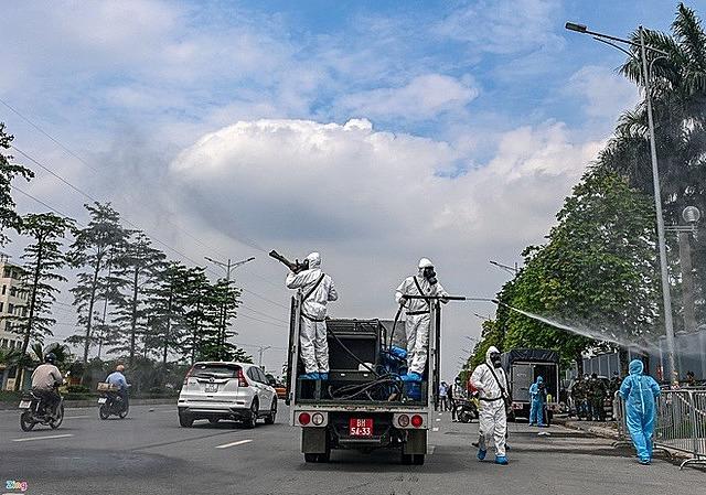 Binh chủng Hóa học phun khử khuẩn khu vực xung quanh Bệnh viện K cơ sở Tân Triều, Thanh Trì, Hà Nội. Ảnh: Việt Linh.