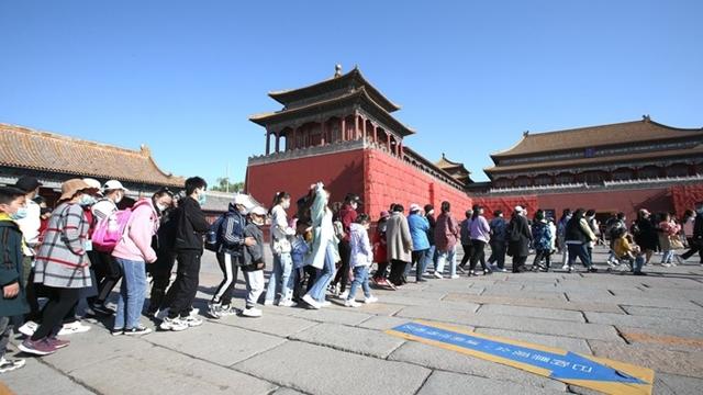 Người Trung Quốc xếp hàng chờ tham quan Tử Cấm Thành tại Bắc Kinh hôm 1/5. Ảnh: CFP.