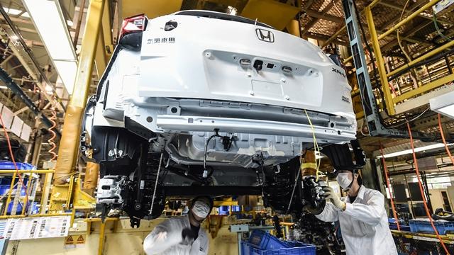 Sản xuất xe hơi, vốn phụ thuộc rất nhiều vào các dòng chip sử dụng trong các hệ thống quản lý động cơ và hỗ trợ lái, đang là lĩnh vực bị ảnh hưởng nặng nề nhất. Ảnh: AP.