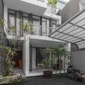 <p> Hành lang hẹp từ bên ngoài dẫn lối vào bên trong ngôi nhà, mở ra một không gian liên tục dọc theo trục ngang và dọc, được bao quanh bởi các phòng ngủ riêng biệt.</p>