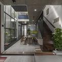 <p> Để tận dụng điều kiện tự nhiên, chuỗi không gian từ phòng khách đến phòng ăn và nhà bếp được kết nối với một khu vườn xen kẽ nhỏ như một hành lang thông gió cung cấp không khí trong lành và ánh sáng mặt trời cho toàn bộ ngôi nhà. Đây là một điểm thiết yếu trong bối cảnh các thành phố nơi vùng khí hậu nhiệt đới ẩm.</p>