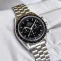"""<p> Thép không gỉ là vật liệu sản xuất vỏ đồng hồ phổ biến nhất. Thép tiêu chuẩn 316L (còn gọi là """"thép phẫu thuật"""") được sử dụng nhiều nhờ vào độ bền và khả năng chống ăn mòn. Ngoài ra, nó còn có ưu điểm như: giá thành rẻ, dễ gia công và chắc chắn, không bị ảnh hưởng bởi độ ẩm và mồ hôi. Ảnh: <em>Monochrome Watches.</em></p>"""