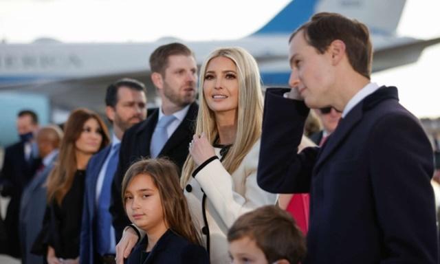 Các con củaTrump trong buổi lễ chia tay ông ở căn cứ không quân Andrews hôm 20/1. Ảnh: AFP.