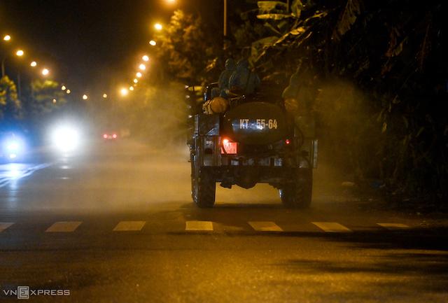 Quân đội phun khử khuẩn xã Kim Sơn, huyện Gia Lâm, Hà Nội, đêm 9/5.