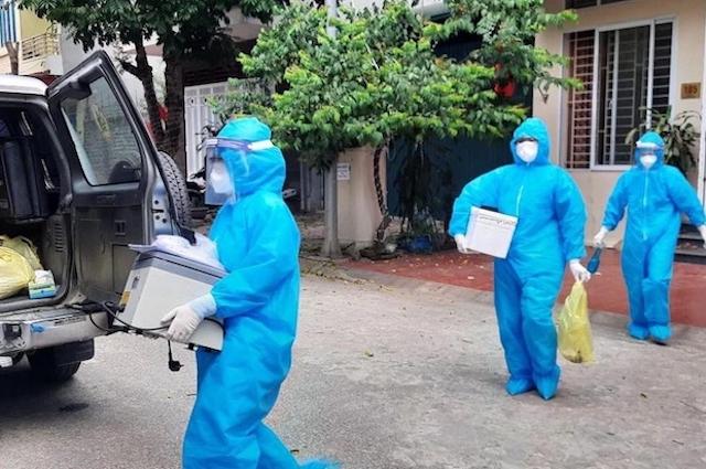 Đơn vị y tế lấy mẫu xét nghiệm tại thành phố Hòa Bình. Ảnh: Cổng TT Hòa Bình.