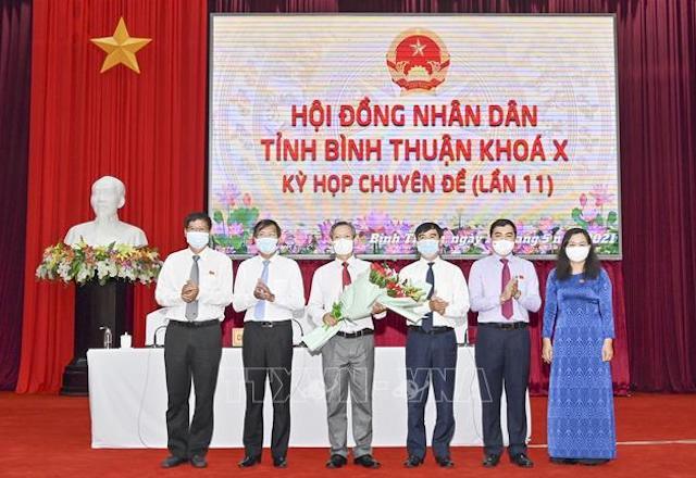 Phó Chủ tịch UBND tỉnh Bình Thuận Phan Văn Đăng (thứ 3 từ trái sang) nhận