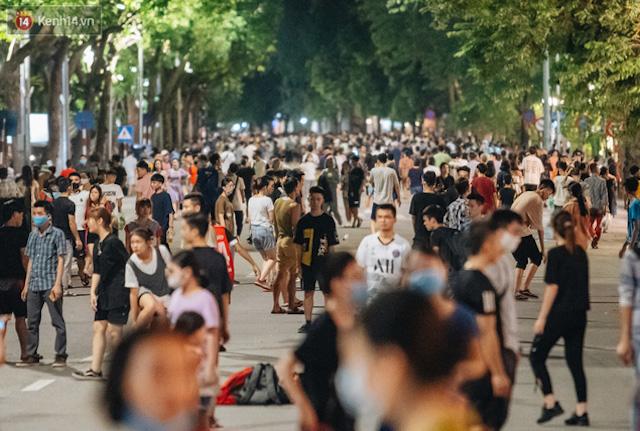 Hà Nội yêu cầu không tập trung quá 10 người ở nơi công cộng. Ảnh: Kenh14.