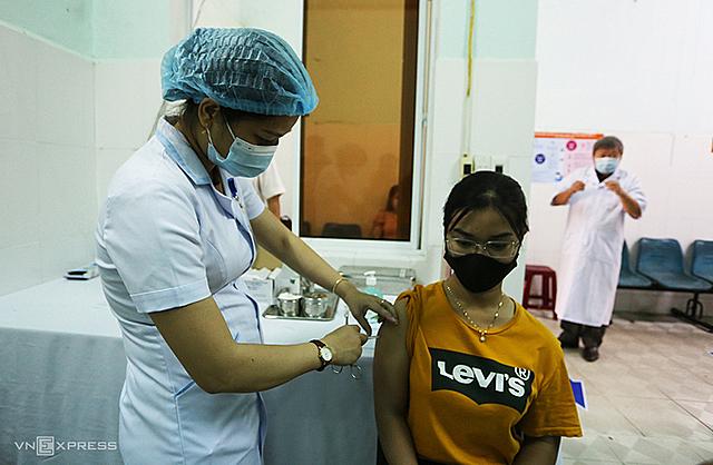 Một nhân viên y tế Quảng Nam được tiêm vaccine Covid-19. Ảnh: Đắc Thành.