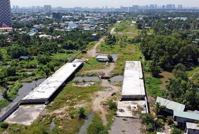 Công trường Vành đai 2 từ đường Phạm Văn Đồng đến nút giao Gò Dưa, TP Thủ Đức, ngưng thi công hồi cuối năm 2020. Ảnh: Gia Minh