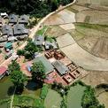 <p> Bản Lý nằm trong thung lũng của xã Chiềng Khoang, huyện Quỳnh Nhai, tỉnh Sơn La, được bao bọc bởi những dãy núi hùng vĩ, sông nước xanh tươi. Đa số dân cư là đồng bào dân tộc Thái, địa bàn miền núi hiểm trở, khó đi lại nên đời sống của bà con còn nhiều thiếu thốn.</p>