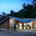 <p> Kết cấu thép nhẹ và mái kim loại cách nhiệt màu xanh, đỏ tô điểm thêm màu sắc cho ngôi trường. Khi đi trên con đường nhỏ bên kia sông, trường Bản Lý thật sinh động để nhận ra từ xa.</p>