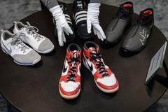 Đằng sau việc Sotheby's bán đấu giá đôi giày của huyền thoại bóng rổ Michael Jordan
