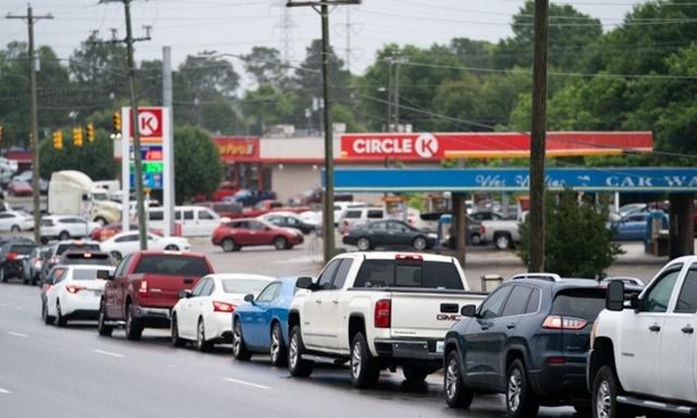 Hàng dài xe xếp hàng trước một trạm xăng ở Fayetteville, North Carolina, Mỹ, hôm 12/5. Ảnh: AFP.