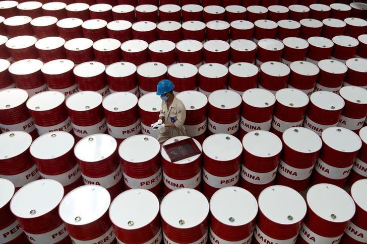 Tồn kho tại Mỹ giảm, giá dầu lên đỉnh 8 tuần