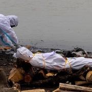 Ấn Độ cấp tiền để dân không thả sông thi thể Covid-19