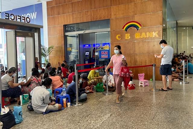 Người dân Myanmar xếp hàng trước ngân hàng CB Bank chờ rút tiền ở Yangon, Myanmar ngày 13/5. Ảnh: Reuters.