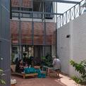 """<p class=""""Normal""""> A+ Architects đề xuất xây dựng một ngôi nhà nhỏ tối ưu hóa các công năng cơ bản để chừa không gian sân trước và sân sau làm nơi các thành viên trong gia đình hoạt động theo nghề truyền thống. Nó còn tạo ra một nơi vui chơi cho các em nhỏ.</p>"""