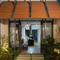 <p> Các kiến trúc sư cũng đề xuất một mặt tiền với cấu trúc linh hoạt để tránh ánh nắng từ phía Tây và người sử dụng có thể đóng mở tùy ý. Mặt tiền linh hoạt bao gồm mười hai mô-đun với khung thép và cửa chớp bằng gỗ.</p>