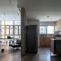 <p> Vì ánh sáng tự nhiên bên trong căn hộ hầu hết đều dịu và gián tiếp do hướng của tòa nhà, nhóm thiết kế đã chọn một bầu không khí thô, tối với bê tông trần để tương phản và tạo ra sự phản chiếu lờ mờ trên bề mặt kim loại.</p>