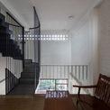 """<p class=""""Normal""""> Về phần hoàn thiện, kiến trúc sư đã sử dụng chất liệu thô không có lớp hoàn thiện, giúp ngôi nhà trở nên mộc mạc và gần gũi hơn.</p>"""