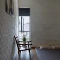 <p> Ngoài ra, các tấm gỗ từ ngôi nhà cũ được tái sử dụng để tạo ra các đồ nội thất như bếp, sofa, bàn và các bậc của cầu thang. Vật liệu tái chế không chỉ giảm chi phí hoàn thiện mà còn lưu lại những kỷ niệm của ngôi nhà cũ.</p>