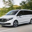 """<p class=""""Normal""""> <strong>Mercedes EQV</strong></p> <p class=""""Normal""""> Là chiếc MPV thường được ưa chuộng tại các khách sạn và khu nghỉ dưỡng cao cấp, EQV mới trang bị nhiều tiện ích như cửa trượt điện, 7 ghế riêng biệt, không gian rộng rãi, hệ thống treo khí nén và hệ thống âm thanh Burmester. Xe sử dụng động cơ điện 203 mã lực và khối pin 90 kWh, khả năng di chuyển lên tới 342 km trong một lần sạc đầy. Thời gian sạc mất 45 phút để lên 80% ở nguồn điện 110 kW và mất 11 tiếng ở nguồn điện 7,4 kW, mức giá bắt đầu từ 76.000 USD.</p>"""