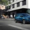 """<p class=""""Normal""""> <strong>Peugeot e-Rifter</strong></p> <p class=""""Normal""""> e-Rifter có mức giá phẳng chăng đối với những gia đình đông người, chỉ từ 37.676 USD. Xe có sẵn tùy chọn 5 hoặc 7 chỗ tùy nhu cầu để chở đồ sau cốp. Công suất 135 mã lực cùng khối pin 50 kWh, tăng tốc 0-100 km/h trong 11,2 giây và quãng đường di chuyển 275 km. Dù là chiếc MPV gia đình, nhưng nhiều người đánh giá cảm giác lái giống như chiếc xe van.</p>"""
