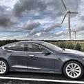 """<p class=""""Normal""""> <strong>Tesla Model S</strong></p> <p class=""""Normal""""> Model S ra mắt vào năm 2014, nhưng kiểu dáng đơn giản, cabin tối giản nhưng hiện đại vẫn được nhiều người ưa chuộng. Xe có tùy chọn 5 chỗ hoặc 7 chỗ với 2 ghế ở sau cốp, hướng ra phía sau. Công suất 623 mã lực cùng khả năng tăng tốc 0-100 km/h trong 2,4 giây khiến Model S là mẫu xe điện duy nhất có khả năng di chuyển dài nhất được sản xuất.</p>"""