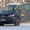 """<p class=""""Normal""""> <strong>Volkswagen ID Buzz</strong></p> <p class=""""Normal""""> Hiện tại, mẫu ID.6 đang là chiếc 7 chỗ duy nhất của hãng xe Đức, nhưng ID.6 chỉ dành cho thị trường Trung Quốc. Do đó Volkswagen đang phát triển mẫu MPV chạy điện với kiểu dáng cổ điển, nhưng có thể bán trên toàn cầu. Dự kiến ID Buzz có 8 chỗ với phạm vi di chuyển 482 km. Trước đó, ID Buzz đã từng ra mắt concept vào năm 2017 với hai động cơ điện, cung cấp 291 mã lực, tăng tốc 0-100 km/h trong 5 giây. Ngoài ra vô-lăng có thể thu vào bảng điều khiển, cho phép ghế lái xoay 180 độ khi ID Buzz ở chế độ tự lái là một trong những ý tưởng trên mẫu concept.</p>"""