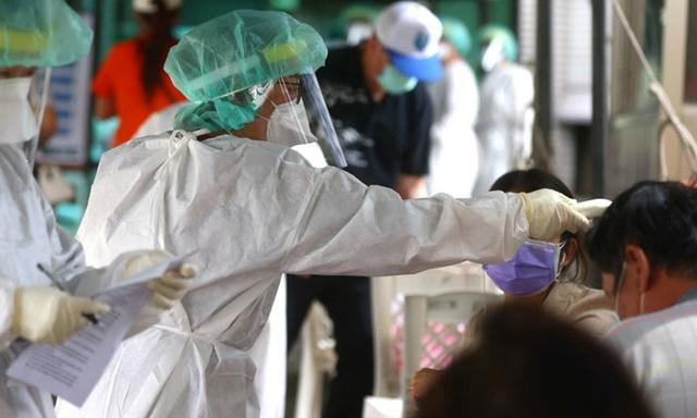 Nhân viên y tế lấy mẫu xét nghiệm COVID-19 cho người dân tại Bangkok, Thái Lan ngày 13/5/2021. (Ảnh: THX/TTXVN)