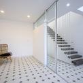 <p> Ngôi nhà được thiết kế theo phong cách kiến trúc hiện đại đồng thời sử dụng một số vật liệu truyền thống như mái ngói đỏ, gạch hoa văn xi măng.</p>