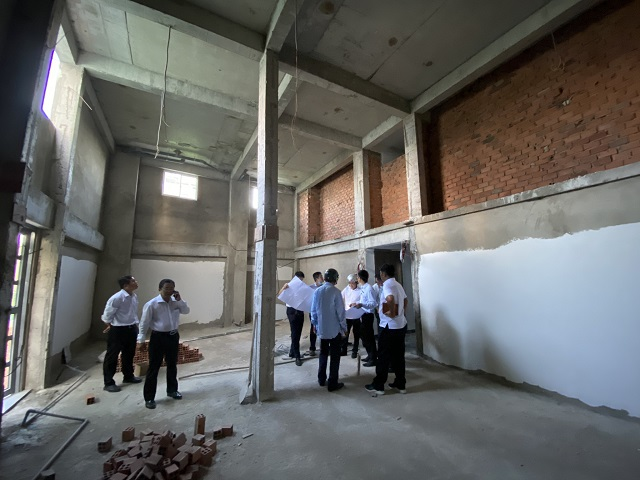 Thanh tra Sở Xây dựng TP.HCM kiểm tra chung cư mini sai phép tại Bình Tân Ảnh: Đình Sơn.