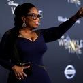 """<p> Nữ hoàng truyền thông <strong>Oprah Winfrey</strong> hiện sở hữu khối tài sản trị giá 2,7 tỷ USD. Được sinh ra bởi một bà mẹ đơn thân ở vùng nông thôn Mississippi, Winfrey khởi nghiệp với vai trò là một người đưa tin trước khi dành 25 năm dẫn chương trình """"The Oprah Winfrey Show"""". Bà trở thành tỷ phú năm 2003. (Ảnh: <em>Reuters</em>)</p>"""